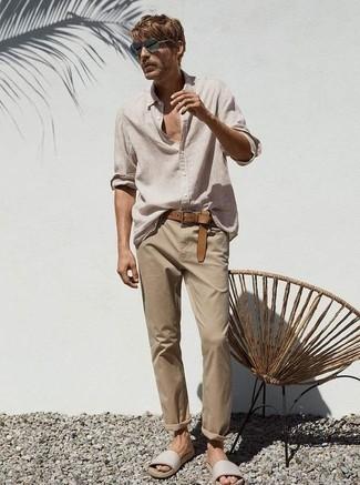 Comment s'habiller quand il fait très chaud: Harmonise une chemise à manches longues en lin beige avec un pantalon chino marron clair pour un look de tous les jours facile à porter. Si tu veux éviter un look trop formel, choisis une paire de des sandales en cuir beiges.