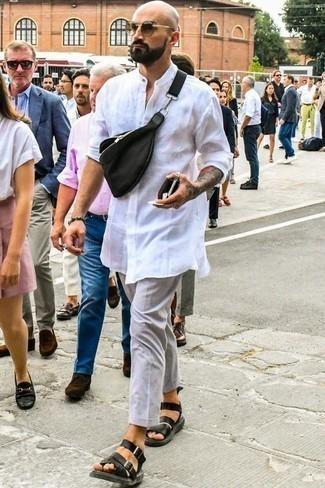 Comment porter des sandales: Pense à associer une chemise à manches longues blanche avec un pantalon chino gris pour un look de tous les jours facile à porter. Tu veux y aller doucement avec les chaussures? Choisis une paire de des sandales pour la journée.