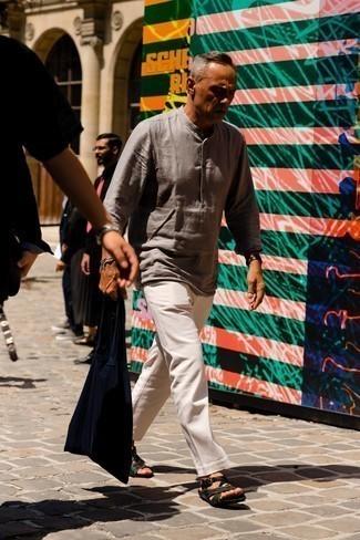 Tendances mode hommes: Essaie de marier une chemise à manches longues en lin grise avec un pantalon chino blanc pour une tenue idéale le week-end. Pour les chaussures, fais un choix décontracté avec une paire de sandales en toile vert foncé.