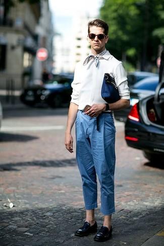 Comment porter: chemise à manches longues blanche, pantalon chino bleu, slippers en cuir noirs, pochette en cuir bleu marine