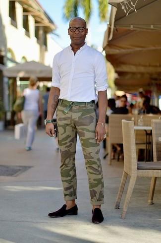 Comment porter: chemise à manches longues blanche, pantalon chino camouflage olive, slippers en daim noirs, ceinture en toile verte