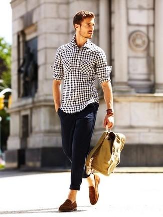 Comment porter: chemise à manches longues en vichy blanche et noire, pantalon chino bleu marine, slippers en daim marron, sac à dos marron