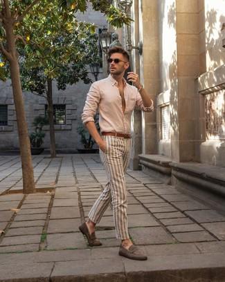 Comment porter: chemise à manches longues beige, pantalon chino à rayures verticales beige, slippers en daim gris, ceinture en cuir marron