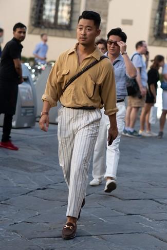 Comment porter: chemise à manches longues marron clair, pantalon chino à rayures verticales blanc, slippers en daim marron foncé, ceinture en cuir noire