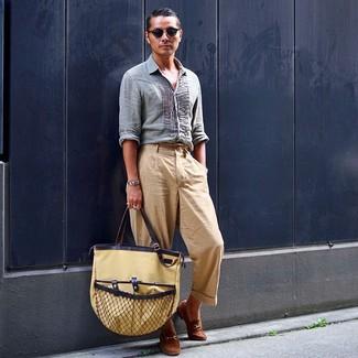 Comment porter un sac fourre-tout en toile marron clair: Harmonise une chemise à manches longues en lin bleu clair avec un sac fourre-tout en toile marron clair pour une tenue relax mais stylée. Une paire de des slippers en daim marron apportera une esthétique classique à l'ensemble.