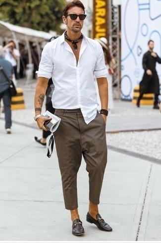 Comment porter des chaussures habillées: Choisis une chemise à manches longues blanche et un pantalon chino marron pour un déjeuner le dimanche entre amis. D'une humeur audacieuse? Complète ta tenue avec une paire de des chaussures habillées.