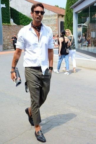 Comment porter des lunettes de soleil noires: Pense à marier une chemise à manches longues blanche avec des lunettes de soleil noires pour un look idéal le week-end. Rehausse cet ensemble avec une paire de des slippers en cuir noirs.