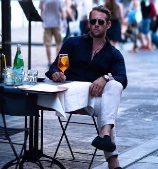 Comment porter un pantalon chino en lin beige: Associe une chemise à manches longues bleu marine avec un pantalon chino en lin beige pour un look de tous les jours facile à porter. Jouez la carte classique pour les chaussures et fais d'une paire de des slippers en daim bleu marine ton choix de souliers.