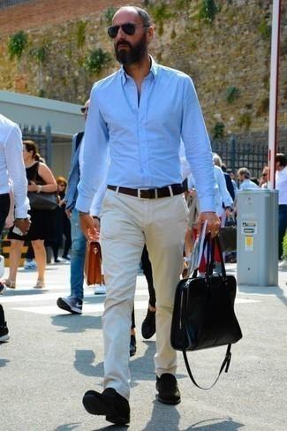 Comment porter des slippers en daim noirs: Opte pour une chemise à manches longues bleu clair avec un pantalon chino blanc pour une tenue idéale le week-end. Ajoute une paire de des slippers en daim noirs à ton look pour une amélioration instantanée de ton style.