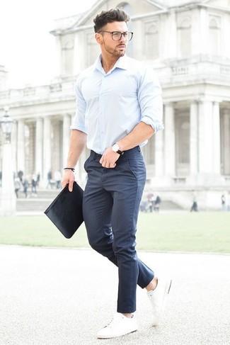 Comment porter: chemise à manches longues bleu clair, pantalon de costume bleu marine, baskets basses blanches, pochette en cuir noire