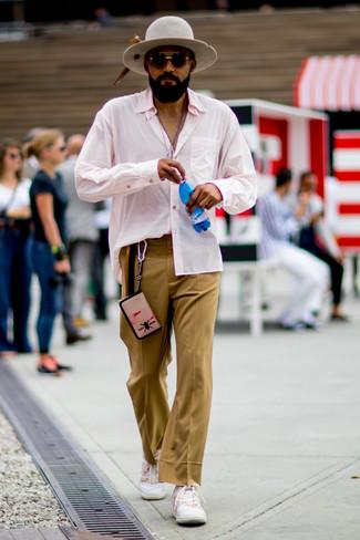 Comment porter: chemise à manches longues rose, pantalon de costume marron clair, baskets basses blanches, chapeau en laine gris