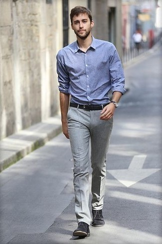 Comment porter des bottines chukka en daim noires: Associe une chemise à manches longues bleu clair avec un pantalon de costume gris pour une silhouette classique et raffinée. Si tu veux éviter un look trop formel, fais d'une paire de des bottines chukka en daim noires ton choix de souliers.