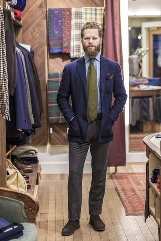 Comment porter: chemise à manches longues en chambray bleu clair, pantalon de costume en laine marron foncé, bottines chukka en daim marron foncé, cravate olive