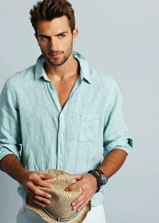 Comment porter: chemise à manches longues en lin bleu clair, pantalon de costume en lin blanc, chapeau de paille marron clair, montre en cuir marron foncé