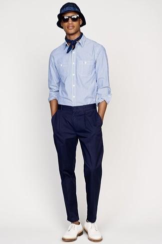 Comment porter: chemise à manches longues en seersucker bleu clair, pantalon de costume bleu marine, chaussures derby en cuir blanches, chapeau bleu marine