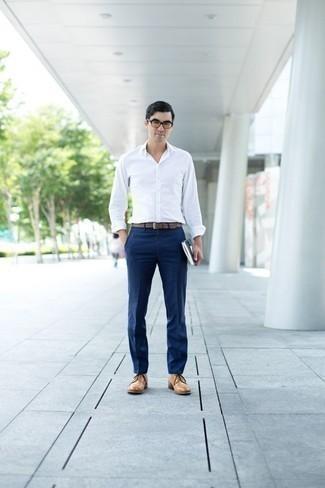Comment porter des chaussures derby en cuir marron clair: Essaie d'harmoniser une chemise à manches longues blanche avec un pantalon de costume bleu marine pour un look pointu et élégant. Une paire de des chaussures derby en cuir marron clair s'intégrera de manière fluide à une grande variété de tenues.