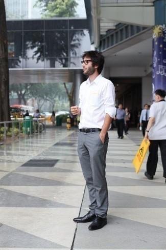 Comment porter un pantalon de costume gris: Pense à associer une chemise à manches longues blanche avec un pantalon de costume gris pour un look classique et élégant. Jouez la carte classique pour les chaussures et termine ce look avec une paire de des chaussures richelieu en cuir noires.