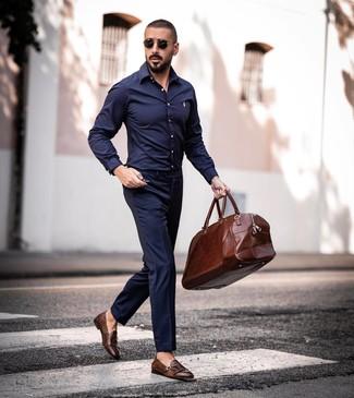 Comment porter: chemise à manches longues bleu marine, pantalon de costume bleu marine, double monks en cuir marron, fourre-tout en cuir marron