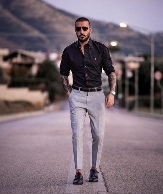 Comment porter: chemise à manches longues noire, pantalon de costume gris, double monks en cuir noirs, ceinture en cuir noire