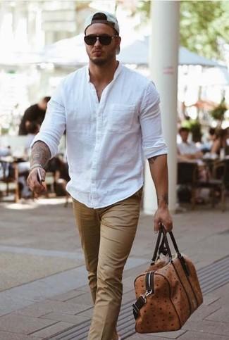 Comment porter: chemise à manches longues blanche, pantalon de costume beige, fourre-tout en cuir marron, casquette de base-ball blanche