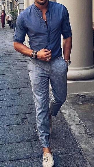 Comment porter: chemise à manches longues en chambray bleue, pantalon de costume à carreaux gris, mocassins à pampilles en daim beiges, montre en cuir beige