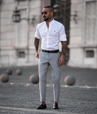 Comment porter: chemise à manches longues blanche, pantalon de costume gris, mocassins à pampilles en cuir noirs, ceinture en cuir noire