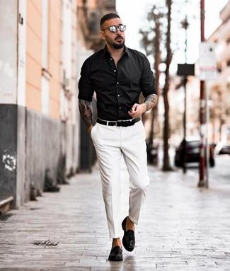 Comment porter: chemise à manches longues noire, pantalon de costume blanc, mocassins à pampilles en cuir noirs, ceinture en cuir noire