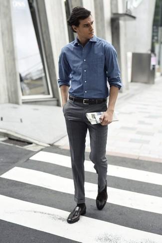 Comment porter une chemise à manches longues bleue: Pense à harmoniser une chemise à manches longues bleue avec un pantalon de costume gris pour un look classique et élégant. Complète ce look avec une paire de des mocassins à pampilles en cuir marron foncé.