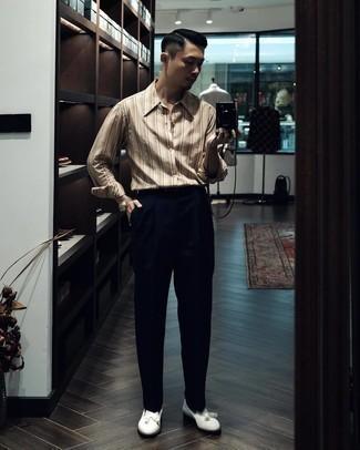 Comment porter une ceinture en cuir noire: Opte pour une chemise à manches longues à rayures verticales beige avec une ceinture en cuir noire pour une tenue relax mais stylée. Jouez la carte classique pour les chaussures et opte pour une paire de mocassins à pampilles en cuir blancs.