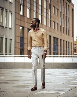 Comment porter un bandana imprimé rouge: Essaie d'harmoniser une chemise à manches longues en lin marron clair avec un bandana imprimé rouge pour un look idéal le week-end. Une paire de mocassins à pampilles en cuir marron est une façon simple d'améliorer ton look.