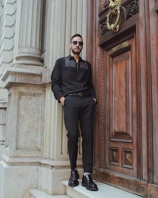 Comment porter: chemise à manches longues noire, pantalon de costume noir, slippers en cuir épaisses noirs, ceinture en cuir noire