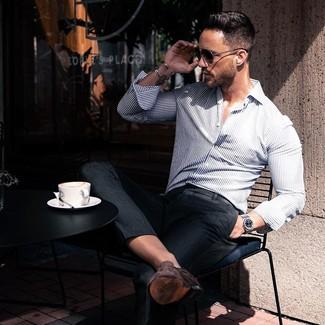 Comment porter: chemise à manches longues à rayures verticales blanc et bleu marine, pantalon de costume noir, slippers en daim marron foncé, lunettes de soleil noires