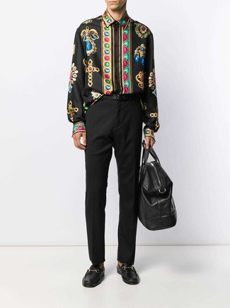Comment porter: chemise à manches longues imprimée noire, pantalon de costume noir, slippers en cuir noirs, fourre-tout en cuir noir