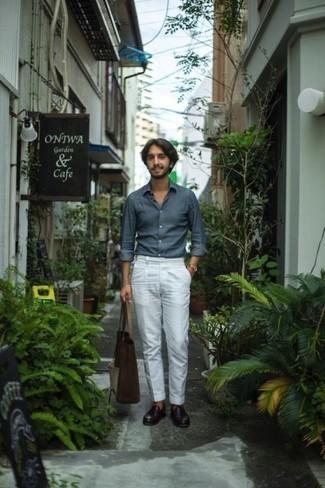 Comment porter une chemise à manches longues en chambray bleue: Pense à harmoniser une chemise à manches longues en chambray bleue avec un pantalon de costume blanc pour un look pointu et élégant. Cet ensemble est parfait avec une paire de des slippers en cuir pourpre foncé.