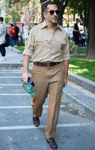 Comment porter un pantalon de costume marron clair: Pense à associer une chemise à manches longues beige avec un pantalon de costume marron clair pour un look pointu et élégant. Une paire de des slippers en cuir tressés marron foncé est une option judicieux pour complèter cette tenue.
