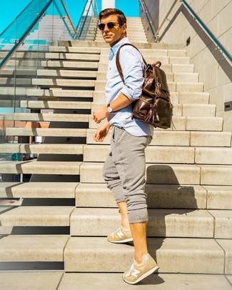 Comment porter: chemise à manches longues bleu clair, pantalon de jogging gris, baskets basses marron clair, sac à dos en cuir marron