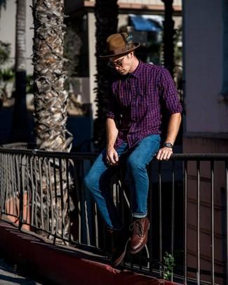 Comment porter: chemise à manches longues en vichy pourpre, jean bleu, bottes de loisirs en cuir marron, chapeau en laine marron