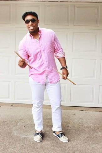 Comment porter: chemise à manches longues rose, pantalon chino blanc, chaussures bateau en cuir beiges, casquette plate grise