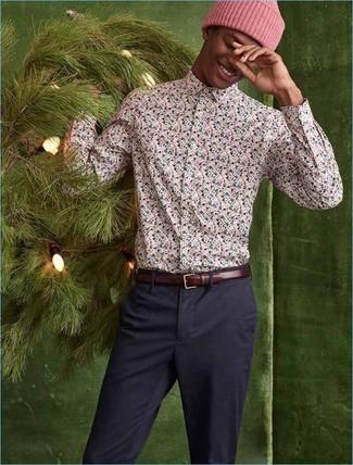 Comment porter: chemise à manches longues à fleurs rose, pantalon chino bleu marine, bonnet rose, ceinture en cuir bordeaux
