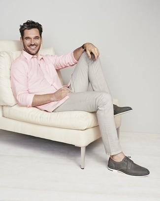 Comment porter un pantalon chino gris: Associe une chemise à manches longues rose avec un pantalon chino gris pour une tenue confortable aussi composée avec goût. Une paire de chaussures derby en cuir gris foncé est une façon simple d'améliorer ton look.