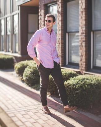 Comment porter: chemise à manches longues rose, pantalon chino noir, mocassins à pampilles en cuir marron, lunettes de soleil marron
