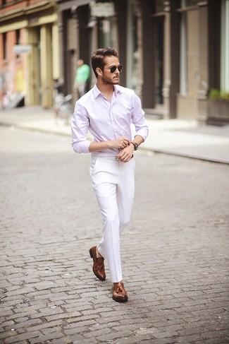 Comment porter: chemise à manches longues rose, pantalon de costume blanc, mocassins à pampilles en cuir marron