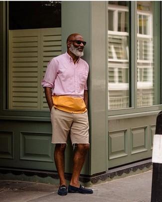 Comment porter: chemise à manches longues rose, short en denim beige, slippers en daim bleu marine, lunettes de soleil noires