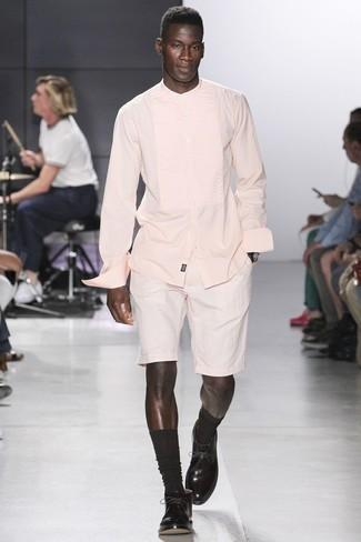 Comment porter: chemise à manches longues rose, short blanc, bottines chukka en cuir marron foncé, chaussettes marron foncé