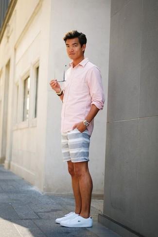 Comment porter: chemise à manches longues rose, short à rayures horizontales gris, baskets basses en cuir blanches, montre dorée