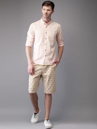 Comment porter: chemise à manches longues rose, short imprimé beige, tennis blancs