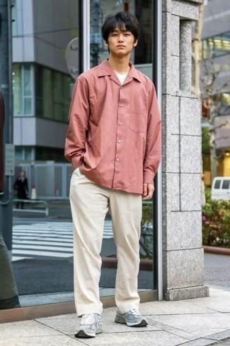Comment porter des chaussettes grises: Harmonise une chemise à manches longues rose avec des chaussettes grises pour une tenue relax mais stylée.
