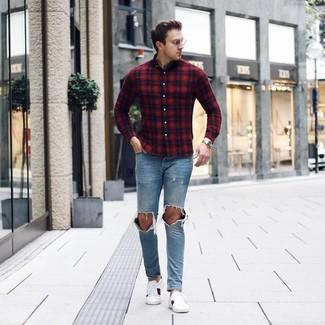 Comment porter: chemise à manches longues écossaise rouge et bleu marine, jean déchiré bleu clair, baskets basses en cuir imprimées blanches, montre dorée