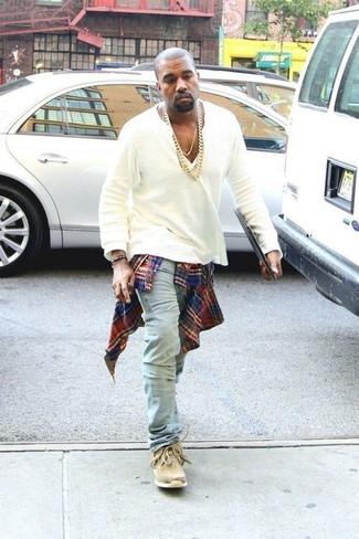 Tenue de Kanye West: Chemise à manches longues écossaise rouge et bleu marine, T-shirt à col boutonné blanc, Jean bleu clair, Bottines chukka en daim marron clair