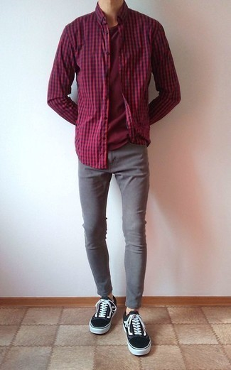 Comment porter un jean skinny avec des baskets basses: Associe une chemise à manches longues en vichy rouge et bleu marine avec un jean skinny pour un look confortable et décontracté. Complète cet ensemble avec une paire de des baskets basses pour afficher ton expertise vestimentaire.
